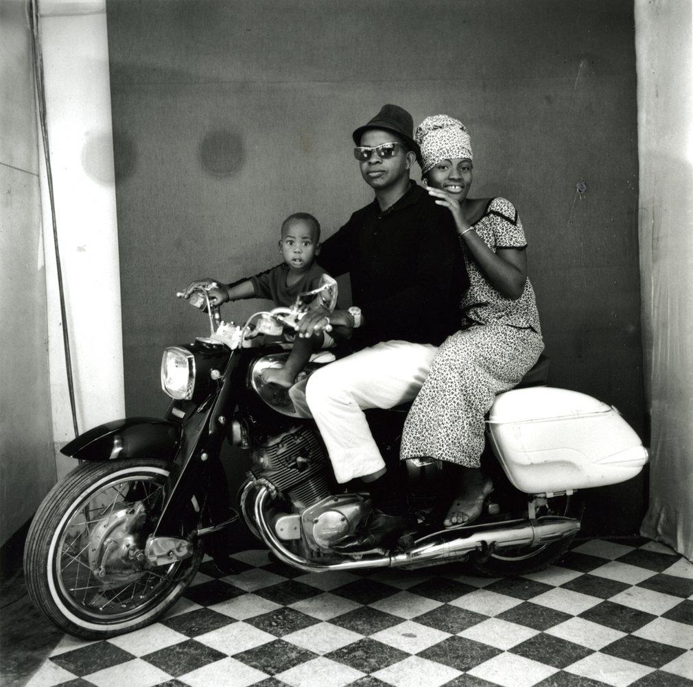 Toute la famille en moto, 1962, taken by Malian photographer Malick Sidibé