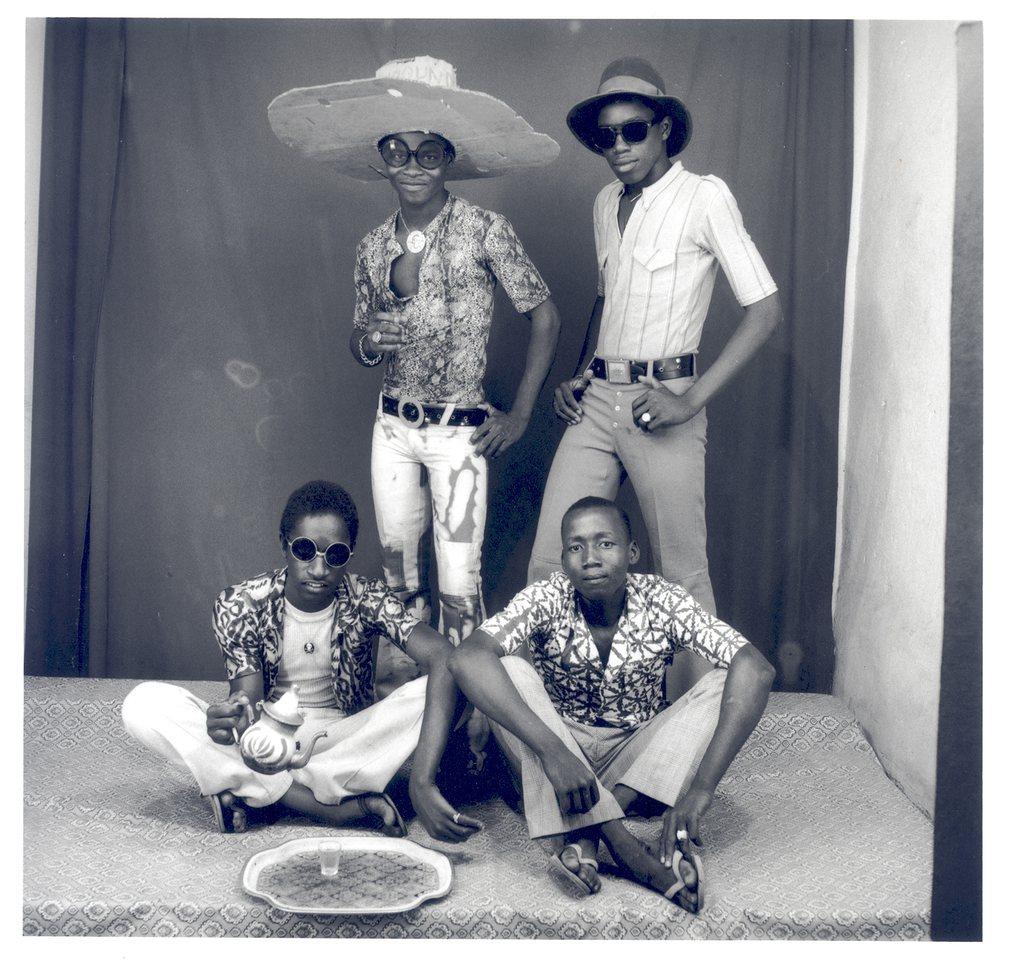 Amis des espagnols, 1968 taken by legendary African photographer Malick Sidibé